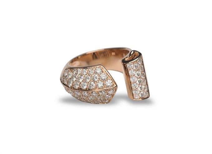 """L'Anello """"Abbraccio di Diamanti"""" in Oro Rosa 18 Carati e Diamanti Bianchi da 1,70 Carati."""