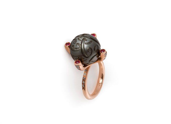 Anello Tatuaggio in Oro rosa 9 carati, rubini, Perla di Tahiti e Diamanti
