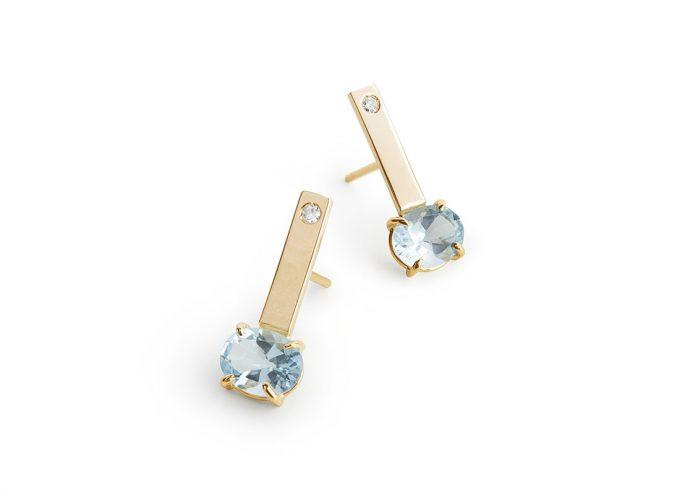 Oreccchini Acqua Azzurra in Oro 18 Carati Giallo e con Topazio Azzurro e Diamanti Bianchi.