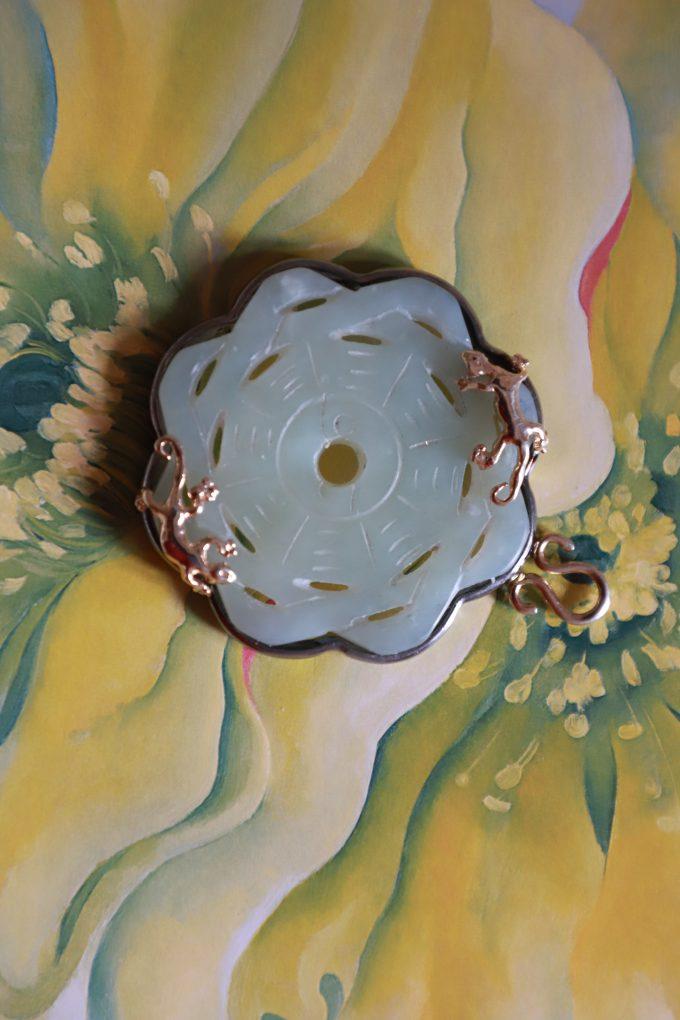 Pendente Gechi in giada incisa, argento dorato brunito e corda di seta